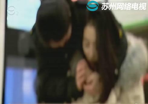 轨交星海广场站女子险冻晕 工作人员出手相助