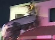 """一汽车""""飞""""进二楼窗户消防员都看傻眼了"""