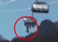 惊险!小孩从滑雪场缆车上当场坠落