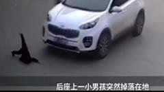 女子骑车后座男孩掉落 遭后方轿车碾压